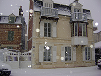 A picture of La Cerisée from the street snowy